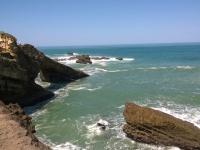 Inlassablement battues par les flots, les falaises biarrotes se confondent avec l'eau. @Chloee Servant. Photo non libre de droit